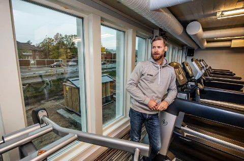 FRUSTRERT OVER FORSINKELSENE: Kjell Andrè Aasheim Holstad ved Gymbox på Ørebekk er frustrert over forsinkelsene ved veiprosjektet mellom Ørebekk og Simo. Han opplyser at medlemsmassen ved senteret har gått ned fra rundt 1.200 til under 900 siden arbeidene startet for tre år siden.