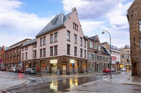 Sentrumseiendommen i Storgata 26 ligger nå ute med en prisantydning på 18 millioner kroner.