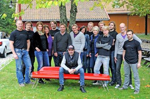 INTERNASJONAL PRIS: Bård Eker (foran), Katinka von der Lippe (nummer tre bak fra venstre)  og kollegene i Eker Design kan juble over nok en internasjonal pris til et produkt de har vært med på. Siden dette bildet ble tatt for noen år siden, er de for øvrig blitt 35 ansatte.
