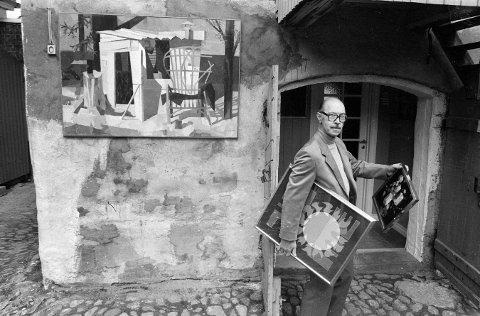 Fredrikstad-kunstneren Gunnar Bratlie, som døde i 1990, hadde fylt hundre år i juni. Bildet er fra da tegneren og grafikeren stilte ut grafiske blader i farger i Galleri Salámi i Voldportgaten i Gamlebyen i 1985. Foto: John Johansen