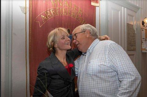 Partileder Roy Hansen  gir Mona Vauger en solid gratulasjonsklem under Arbeiderpartiets valgvake sent mandag kveld.