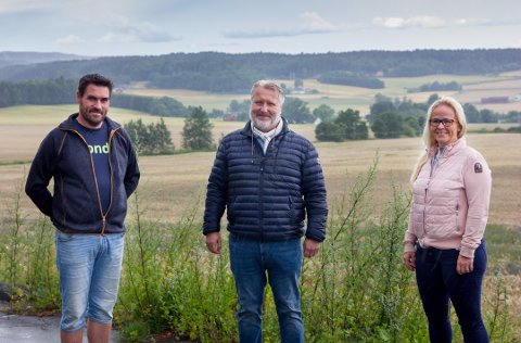 MÅ AVLYSE: Råde Gårdsfestival skulle arrangeres for første gang nese helg, men er avlyst på grunn av smittesituasjonen. Fra venstre er Per Erik Tofteberg (Bondelaget), varaordfører i Råde Erling Ek Iversen (Sp) og Merethe Ekeberg (H)  blant de 14 som er med i arbeidskomiteen til festivalen.