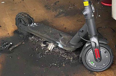 SMELTET: Slik så elsparkesykkelen ut etter lading. Heldigvis tok ikke huset fyr, men er ubeboelig etter batteribrannen. Foto: Vestfold Interkommunale Brannvesen