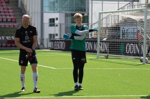 TRENING: Ole Langbråten (til høyre) sammen med keepertrener Samuel Dirscher.