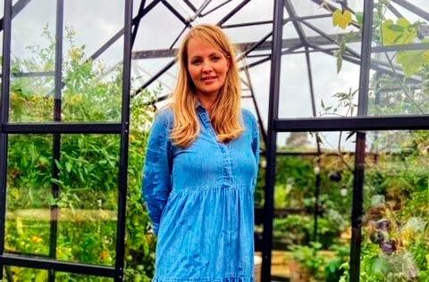 På fritiden liker Månia Mari Werket Lie å sysle i veksthuset, som er en vellykket «pandemi-investering». FOTO: PRIVAT