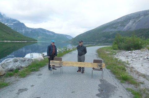 Hermod Nygård til venstre og Yngve Hansen til høyre ved Sør-Skjomens egen veisperring tirsdag formiddag.