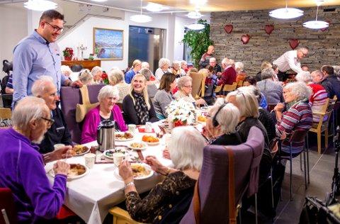 Slik så det ut da Kuraas, Ofoten Rør og Næring i nord arrangerte julemiddag for beboere og ansatte på Furumoen sykehjem.