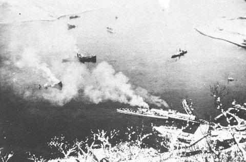 VIKTIG FRONT: En rekke tyske skip ble senket i sjøslagene utenfor Narvik i april 1940. Her fra kampene mellom britiske og tyske styrker i havnen i Narvik.