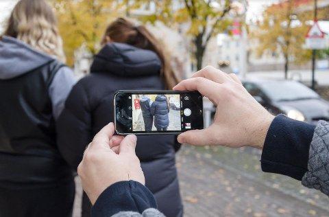 33-åringen ble dømt blant annet for å ha fulgt etter jenter og filmet og tatt bilder av dem med mobiltlefonen sin. På en harddisk i boligen hans fant politiet 6.400 bilder av jenter. Jentene på illustrasjonsbildet har ingen ting med saken å gjøre.