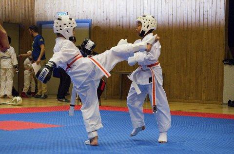 PASS PÅ: Utøverne fikk øve seg på kamp under Juniorstevnet til Horten Karateklubb. Noen var på sitt første stevne.