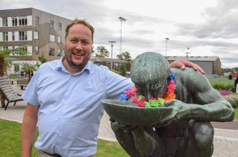 FESTIVAL: Rektor Gisle Birkeland synes elevene har fortjent en litt ekstra gøyal start på skoleåret. Da ble det festival første dagen.