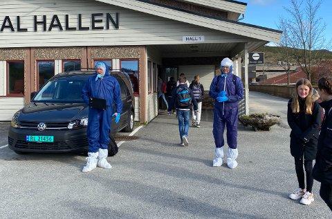 Nils Bjørnar Øfstaas (til venstre) og Eivind Hjørnevik hadde kledd seg i heldekkende smitteverndrakter da skolen åpnet igjen for de eldste elevene mandag 11. mai.