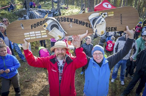 PRIS: Leder i Odal Turlag, Knut Lysell (t.v.) og prosjektleder Hjalmar Nergaard med bevis på at de har fått Forgubbingbekjempelsesprisen.