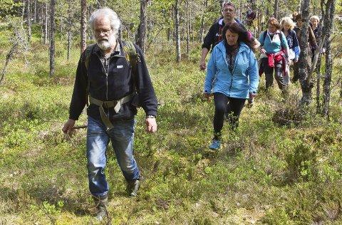 I GANG: DNT Finnskogen og Omegn har ryddet mange gamle veier og stier, og arrangerer vandringer gjennom sommeren. Her er det Birger Nesholen som leder an.
