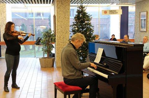 Gislaug Moe Gimse og Håvard Gimse spilte for pasienter, ansatte og besøkende på Kongsvinger sjukehus.