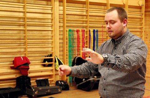 MED DOBBELTKONSERT: Dirigent Kristian Steenberg ønsker velkommen til konsert med både Brandval og Grue skolemusikk.