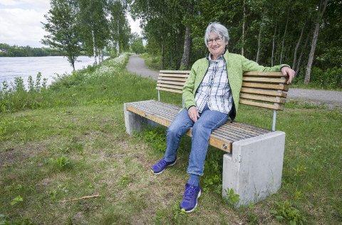 TRIVES: Det ble et hyggelig møte med Strandpromenaden for Solveig Karlsson fra Disenå da hun gikk en tur langs Glomma her om dagen. Hun satte pris på de nye benkene som var satt ut.