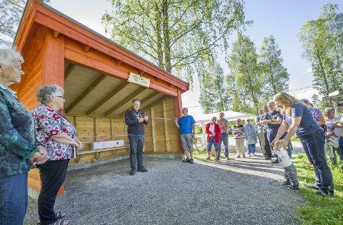 SNORKLIPP: Ordfører Knut Hvithammer klippet snora og foretok dermed den offisielle åpningen av gapahuken som LHL Sør-Odal har fått satt opp på Øktner ved Skarnes.