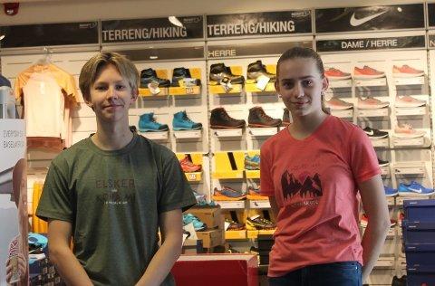 TRIVDES: Oskar Nordstrøm og Marte Haukerud har hatt arbeidsuke i sportsbutikk denne uka.