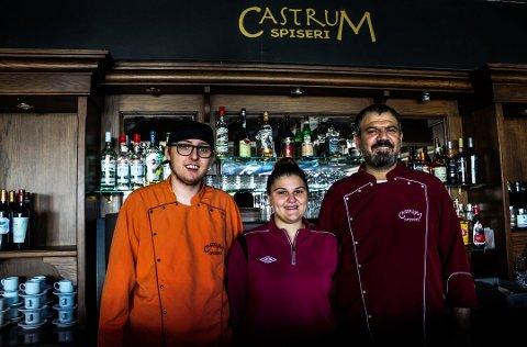 Castrum Spiseri er familiedrevet med Murat Kayhan (t.h) som daglig leder. Her sammen med datteren Ayse Kayhan Bareksten(24), og hennes ektemann Jim Bareksten (22). Nå overtar sjefen også lokale etter Bastian.