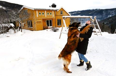 Fant drømmestedet: Merethe Sletten Hansen flyttet med sønn, hund og hest fra Narvik til småbruket rett under Thokampen på Otta. Prosjektet «200 ledige hus» i norddalen, har avdekket flere ledige småbruk og hus i regionen, men det er et fåtall som vil selge. Selv håper Hansen at hun kan få kjøpe stedet etter hvert. Nå leier hun. Foto:Einar Almehagen