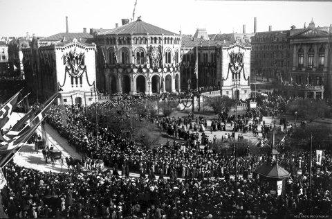 Bjørnstjerne Bjørnsons gravfølge passerer en pyntet Stortingsbygning. På begravelsesdagen er det et folkemylder i hovedstaden som nasjonen aldri har opplevd.