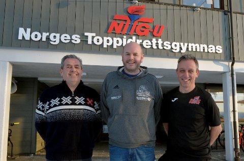 Trond Hårberg (t.v.) og Jørgen Smistad Hansen (t.h.) forteller at de nå har åpnet for at også gutter kan søke håndball ved NTG på Lillehammer. Det gleder Wiggo Braathen i LFH09.