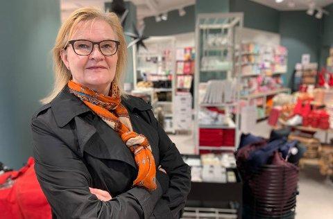Kjersti Hobøl har akkurat fullført sitt første år som sjef for Nille. Før DNB overtok butikkkjeden i fjor, hadde pengene rent ut av butikkjeden i en faretruende fart. Nille har i dag to butikker på Nordmøre: I Kristiansund (Alti Storkaia brygge) og i Eide.