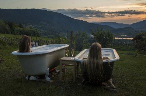 Underveis i arbeidet har de tre «fjellspirene» selv fått oppleve mye forskjellig, der de blant annet har tatt et kveldsbad med vakker natur som utsikt.