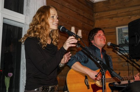 DUO: Ellen Sæthereng og Eystein Hagen holdt akustisk konsert på gamleskolen på Harestua fredag kveld.