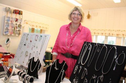 SKINNENDE: Jane Johnsens smykker er populære.