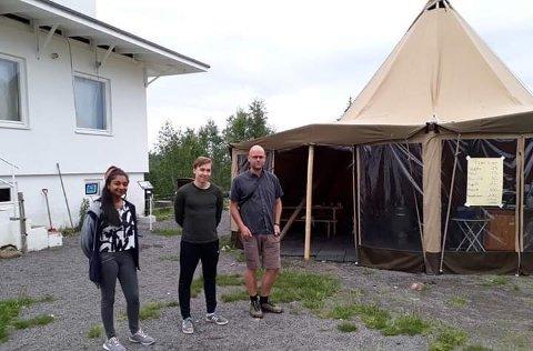 Mottakelse: Marit møtte Vegard Rekaa og to av hans studenter.