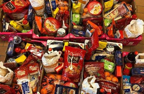 Esker fulle av mat er klare for utkjøring med hjelp av Hjemmetjenesten i Gran.