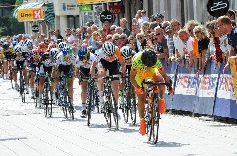 Shelley Olds vinner spurten, med Emilie Moberg (litt gjemt til høyre) på tredjeplass.  Foto: Atle Wester Larsen