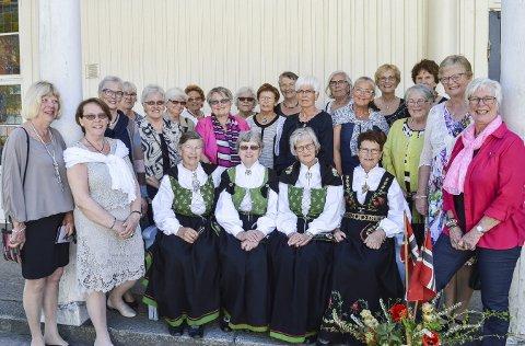 Jubilanter: Disse damene gikk på Østfold Fylkes Husmorskole for 50 år siden. I går var de tilbake på Risum og ble servert tre retters middag av elevene ved restaurant- og matfag på Halden videregående skole, avdeling Risum. Alle foto: Thomas Lilleby