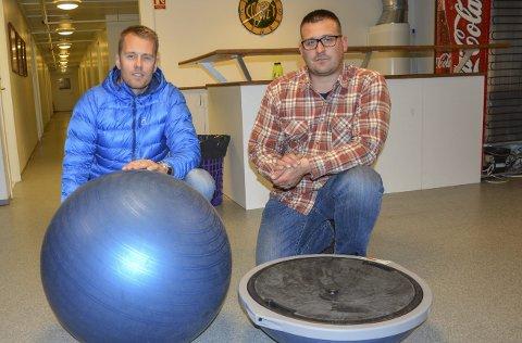 NYTT UTSTYR: Anders Evensen fra Fyr og Flamme (tv) og leder i Comet Bredde, Morgan Pettersen.foto: kristian bjørneby
