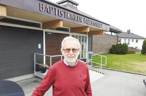 TABERNAKLET: Terje Engmo foran Tabernaklet i Ole Dahls gate der han har hatt tilhørighet helt siden han kom til Halden i 1965. Foto: Terje Vidar Høvik