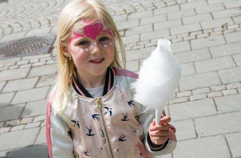 Saga Victoria Larsen Andreassen(5) koste seg stort med sukkerspinn ved parken. Det beste ved Haldendagen er i følge henne lekeplassen, sukkerspinn og popkorn.