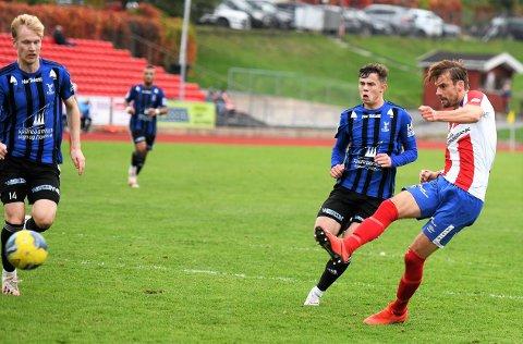 AVGJØR: Her skyter Øystein Lundblad Næsheim inn 3-2 for Kvik Halden, og sikrer 3 poeng mot bunnlaget Florø.