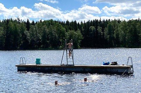 PÅ PLASS: Denne badeflåten er lagt ut ved Kruseter denne uken.