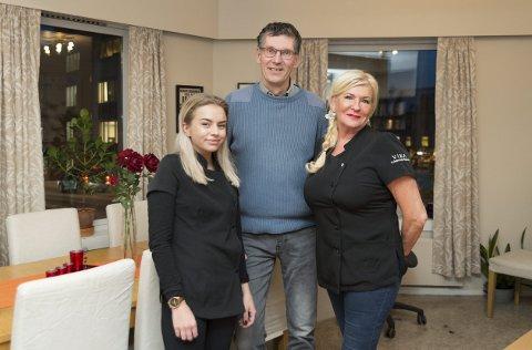 GRATISKLIPP: Julia Rom og Iren Kjernsholen fra Vika Frisørene & Esthetic sammen med Klaaspeter Kuperus. Foto: Jo E. Brenden