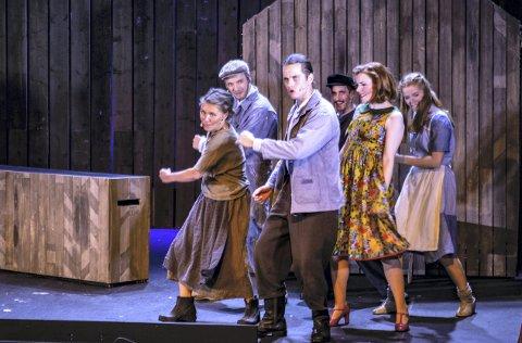 TILBAKE:  Trost i taklampa gikk for fulle hus og ble nominert til to bransjepriser. Nå er de tilbake på Hamar Teater.