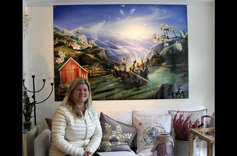 Bestilling: Dette er Elfrid Haara Leikvoll som er dagleg leiar på butikken Hardanger Souvenir i Kinsarvik. Bildet er eit bestillingsverk laga av kunstnaren Marete Lund Bakke frå Eidfjord.