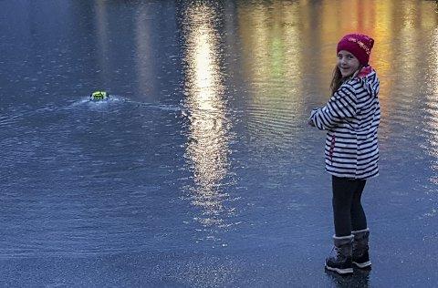 Artig leketøy: June Amira koser seg med sin nye amfibiebil i dammen på Eitrheim.