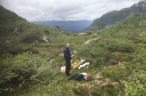 Seljestadfjellet: Arve Løyning under utlegging av poster i mellomdistanseløypa. Utsikt mot Oddadalen.