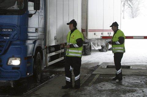 Frode Myklatun og Svein Gunnar Vintertun under ein kontroll på Seljestad i 2012.