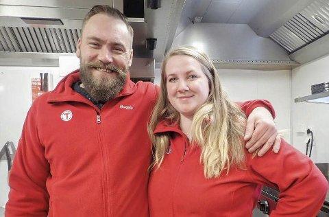 Haukeliseter fjellstue: Avtroppende kjøkkensjef, Allan Nielsen, sammen med Jessika Svensson.foto: Veronika Sund