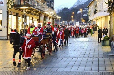 Førjulskos: Her fra julegateåpningen i 2016. I år vil juletoget gå motsatt veg, fra Almerket til Odda rådhus. Arkivfoto: Ernst Olsen