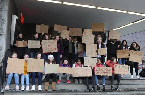 Aksjonerte for klimaet: Skoleelever fra Odda under demonstrasjonen ved rådhuset sist fredag. Arkivfoto: Synnøve Nyheim