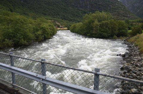 FØRER MYKJE VATN: Bjoreio i Øvre Eidfjord går i friske stryk.  Foto: Eli Lund